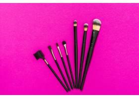 粉色背景上的不同类型的化妆刷_4441168