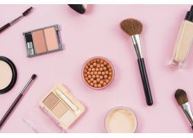 粉色背景上的化妆和化妆品配饰_4361018