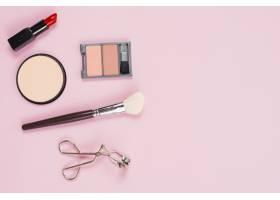 粉色背景上的化妆和化妆品配饰布局_4361005