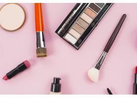 粉色背景上的化妆品和美容产品的组成_4361019