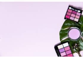 粉色背景带文案空间的化妆品俯视图_5481707