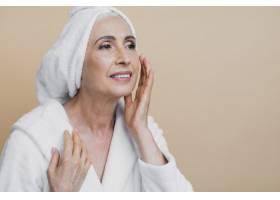 美丽成熟的女人正在进行治疗_5431155