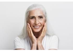 美丽的老年妇女为自己的脸感到自豪_5431204