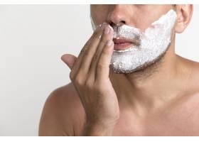 英俊年轻男子使用剃须膏的特写_5245769