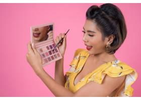 带着化妆刷和化妆品的女人肖像_5095764