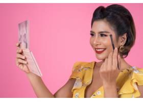带着化妆刷和化妆品的女人肖像_5095768