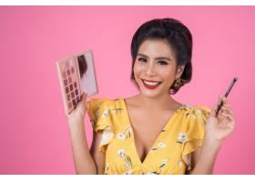 带着化妆刷和化妆品的女人肖像_5096102