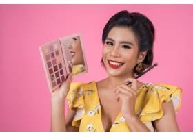 带着化妆刷和化妆品的女人肖像_5096103