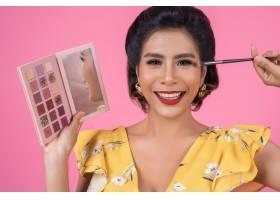 带着化妆刷和化妆品的女人肖像_5096104