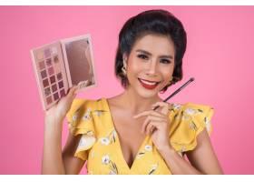 带着化妆刷和化妆品的女人肖像_5096105