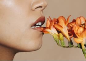 年轻女子的嘴唇开着鲜花_5929691