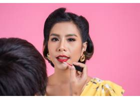 化妆师在时尚女性脸上化妆_5095628