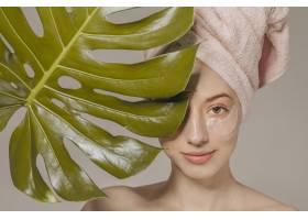 头上裹着毛巾和叶子的女孩_4607020