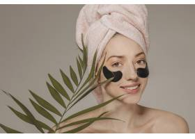 头上裹着毛巾戴着口罩的女孩_4607028