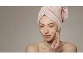 头上裹着毛巾的女孩用面霜_4607019