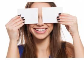美丽的年轻女子用卡片闭上眼睛_6023189
