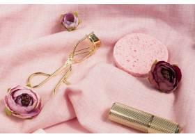 美容产品和鲜花的高角度布置_5571543