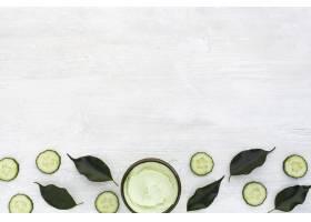 身体黄油和黄瓜平铺在有复印空间的木桌上_5701504