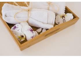 装有毛巾和鲜花的木盒_5421333