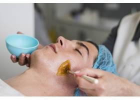 男孩在美容院接受面部护理_4724464