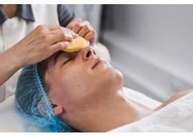 男孩在美容院接受面部护理_4724467
