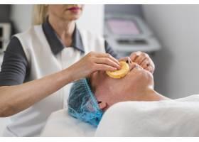 男孩在美容院接受面部护理_4724468