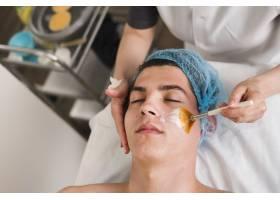 男孩在美容院接受面部护理_4724470