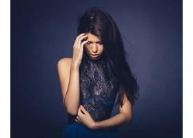 留着飘逸头发的迷人女孩在录音棚摆姿势_6235448