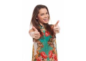 竖起大拇指的快乐的年轻女人_6023150