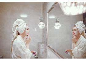 站在浴室里的美女_4381326