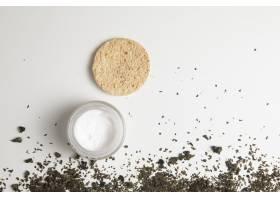 白色背景下的天然奶油和草药俯视图_5330929