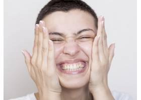 微笑的女人洗脸的特写镜头_5513575