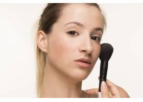 拿着化妆刷的女性肖像_5263752