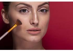 拿着化妆刷的特写美女_5445323