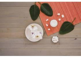 放在木桌上的绿叶水疗工具_5326320