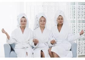 朋友们在水疗中心穿着浴袍摆姿势_4837841