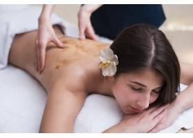 水疗中心享受背部按摩的女性_6053118