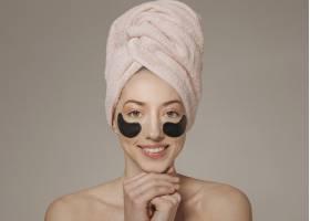头上裹着毛巾戴着口罩的女孩_4607025