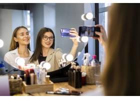 女人和化妆师在自拍_5863628