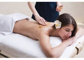 女性在水疗中心享受放松按摩_6053115