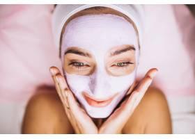 女性脸上戴着口罩的特写镜头_5578753