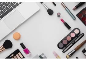 带化妆调色板和笔记本电脑的平板套装_5590509