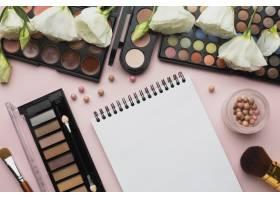 带有化妆物品和笔记本的俯视布置_5590465