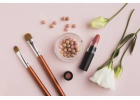 带有彩妆产品和粉色背景的俯视布置_5590454
