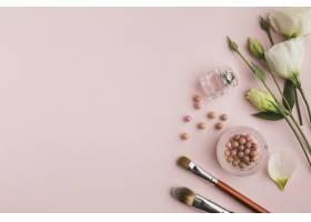 带有彩妆产品和鲜花的平放框架_5590457