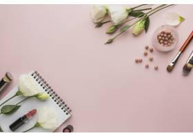 带有彩妆产品和鲜花的顶视图框_5590458