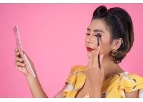 带着化妆刷和化妆品的女人肖像_5095767