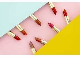 五颜六色的唇膏在五颜六色的背景上的排列_5745351