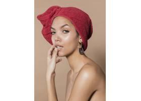 令人惊叹的年轻女子拿着毛巾_5929692