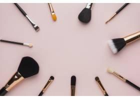 使用化妆笔和粉色背景铺设圆形框架_5590479